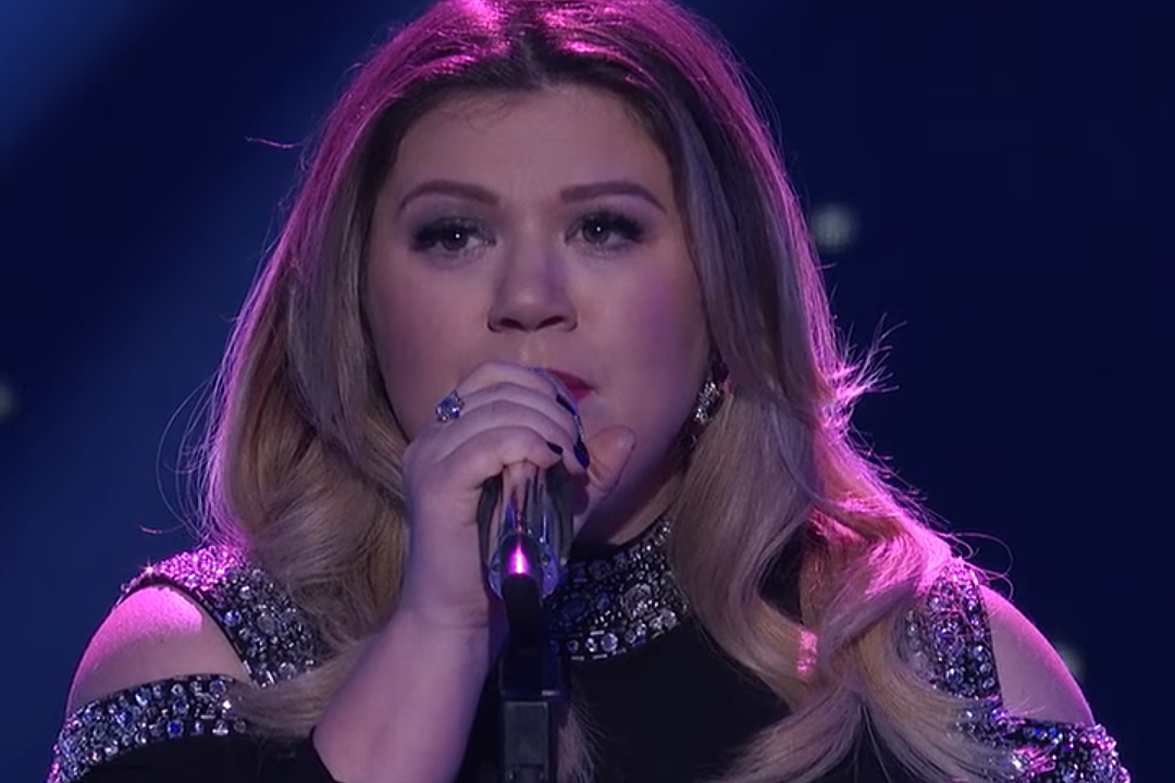 Kelly Clarkson synes, det er 'Awesome But Sad' That 'Piece by Piece' Performance fløj op