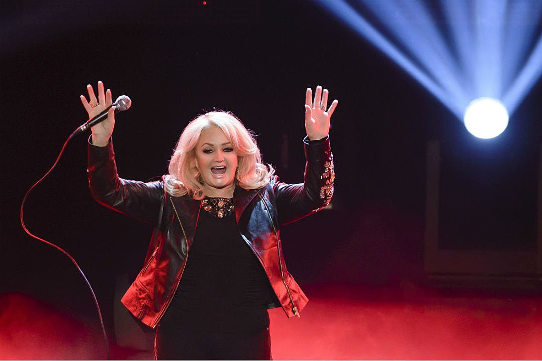 Bonnie Tyler hát 'Total Eclipse of the Heart' trong Solar Eclipse